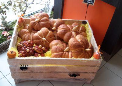 des pains en forme de citrouilles dans un cageot