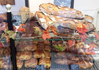 Une vitrine de pains et de viennoiseries